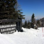 ③ 東館山山頂:標高は2000m、遠くに若菅山が白く輝いています。