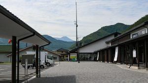 上田市長和の道の駅、遠くに見えるは蓼科山です。